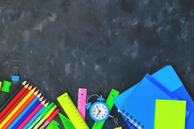 Regreso a la escuela con útiles escolares y papelería.
