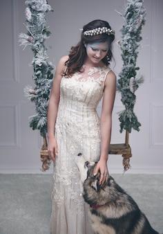 Reina de hielo acariciando a un perro