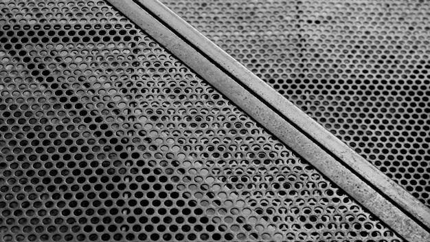 Rejilla circular de acero en el área de construcción.