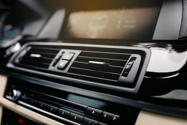 Rejilla de ventilación del aire acondicionado en un automóvil moderno.