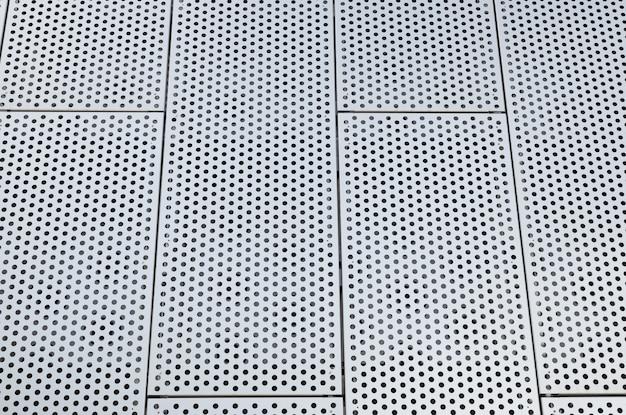 Rejillas de metal con muchos agujeros redondos en el techo