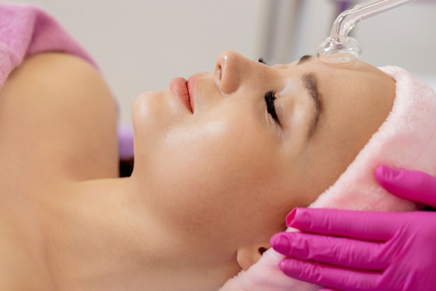 Rejuvenecimiento de la cara con la ayuda de electroterapia.