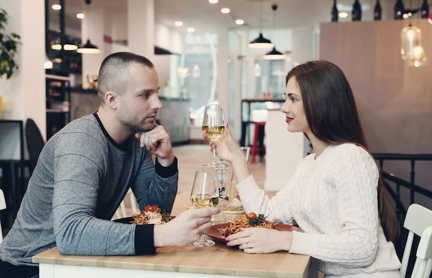 Relación. encantadora pareja en café