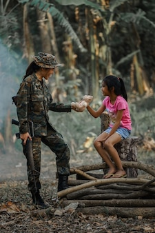 Relación soldado con niños