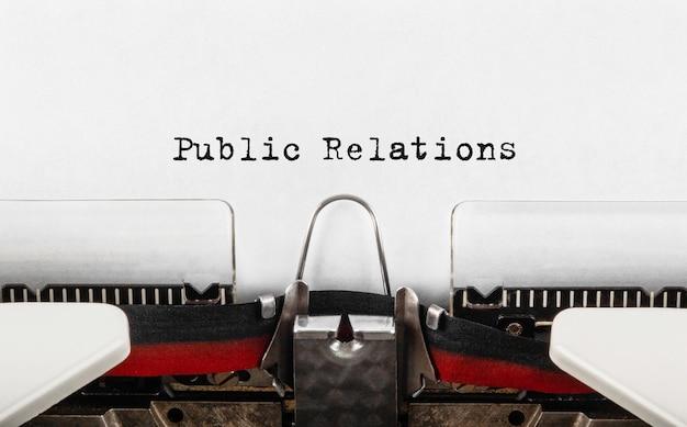 Relaciones públicas de texto escrito en máquina de escribir retro