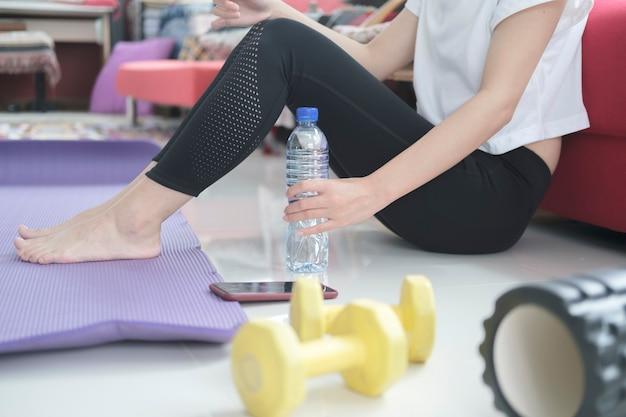 Relajación después del ejercicio en casa. quédate en casa y estilo de vida saludable.