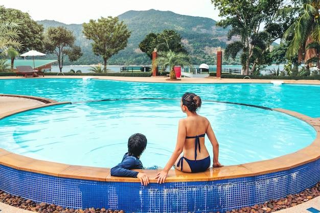 Relajación de pareja despreocupada en piscina