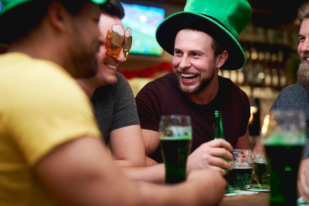 Relajación con unos vasos de cerveza en el pub.