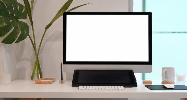 Relajante lugar de trabajo con computadora