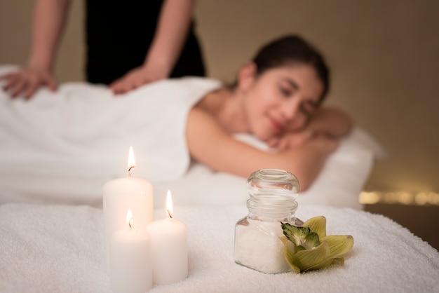 Relajantes velas de spa con mujer desenfocada