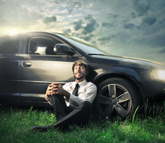 Relajarse al lado de un auto