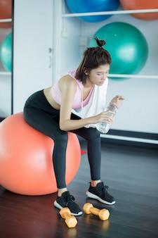 Relajarse después de entrenar en el gimnasio.
