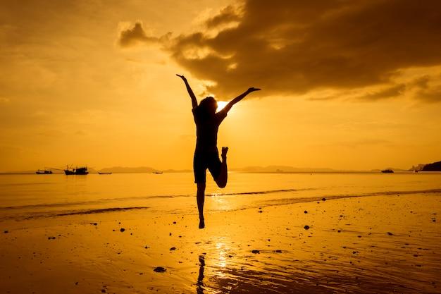 Relajarse mujer mirando el mar en la playa