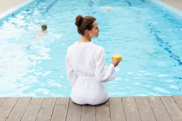 Relajarse en la piscina