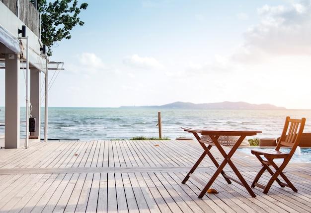 Relajarse en el resort con asiento al aire libre en la playa