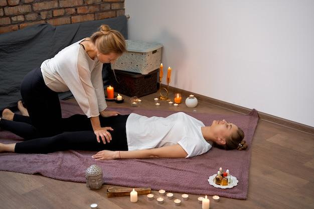 Relájese y disfrute en el salón de spa, recibiendo un masaje tailandés por parte de un masajista profesional.