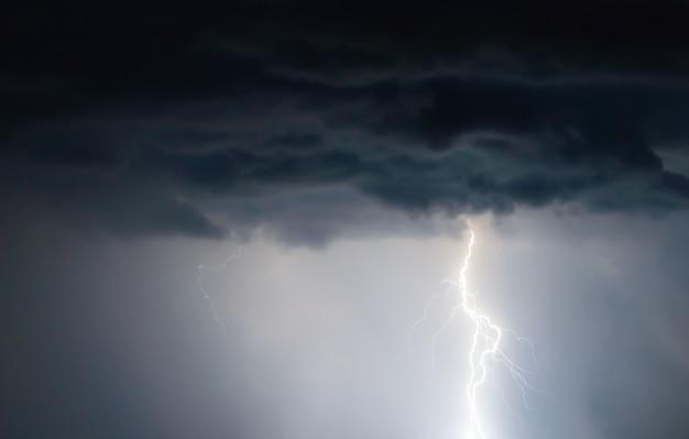 Relámpagos y truenos caen en la tormenta de verano