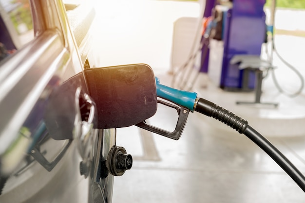 Rellenar aceite en la estación petrolera