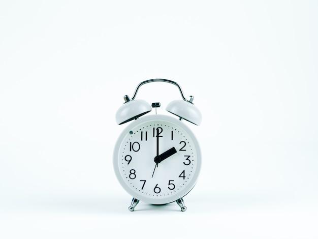Reloj analógico sobre el fondo blanco.