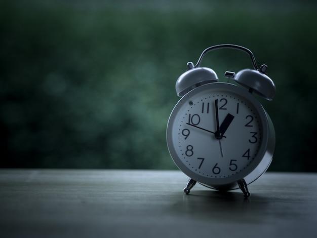Reloj analógico con tono de color vintage.