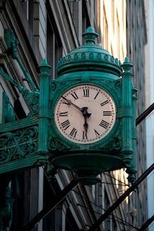 Reloj antiguo en el centro de chicago.
