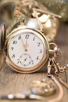 Reloj antiguo que muestra de cinco a doce