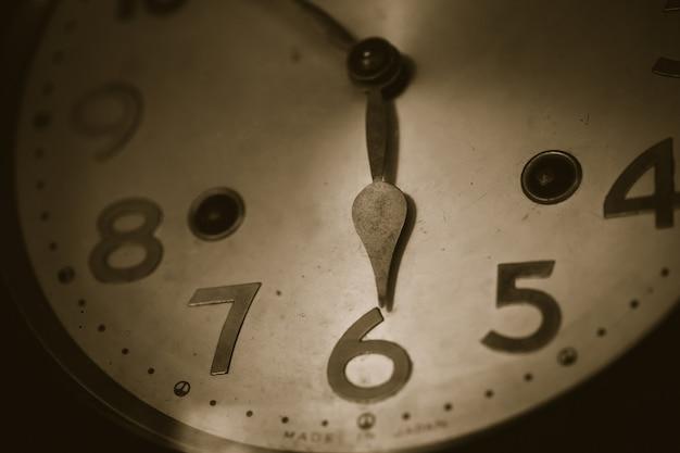 Reloj antiguo viento primer tiempo a las 6 en punto vintage tono de color primer plano