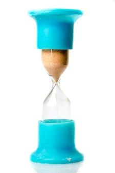 Reloj de arena aislado en blanco