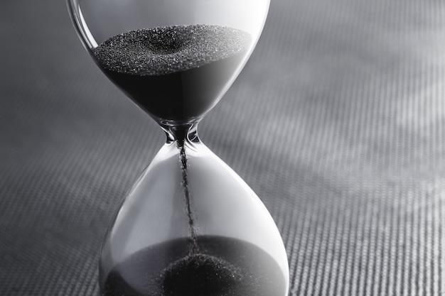 Reloj de arena con arena negra