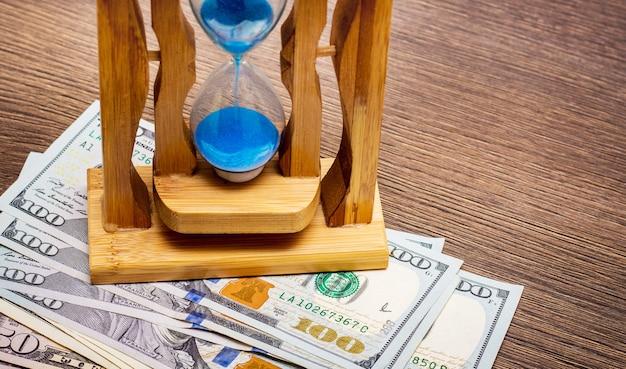El reloj de arena en billetes de un dólar