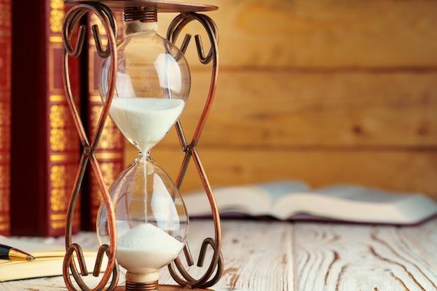 Reloj de arena de cerca sobre una mesa