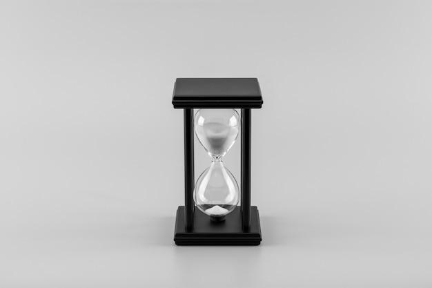 Reloj de arena en el escritorio. - monocromo.