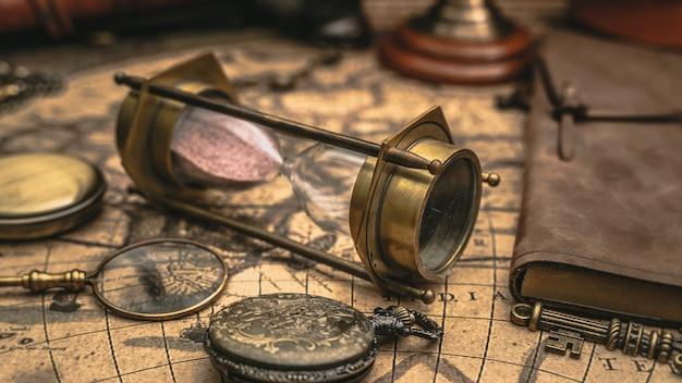 Reloj de arena en libro antiguo
