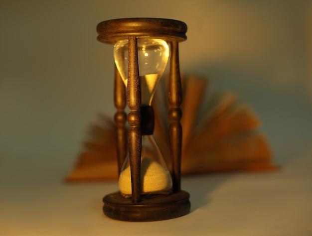 Reloj de arena con el libro