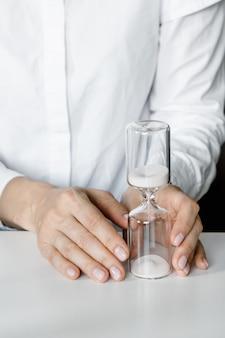 Reloj de arena en manos de mujer