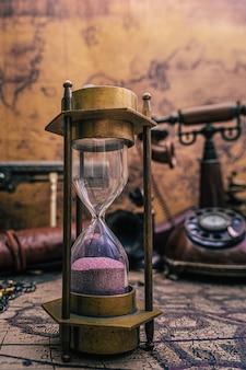 Reloj de arena en el mapa del viejo mundo