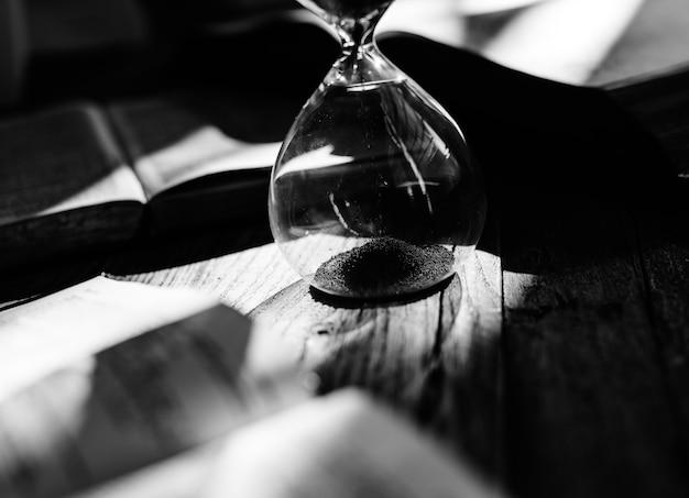 Reloj de arena en una mesa