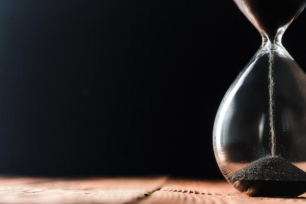 Reloj de arena moderno en madera