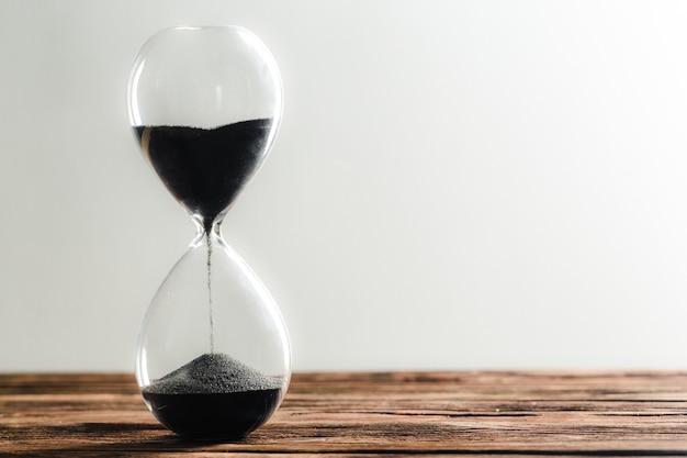 Reloj de arena moderno sobre fondo de madera