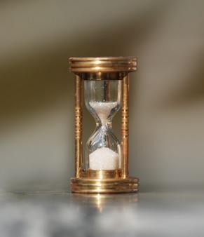 El reloj de arena muestra que el tiempo pasa