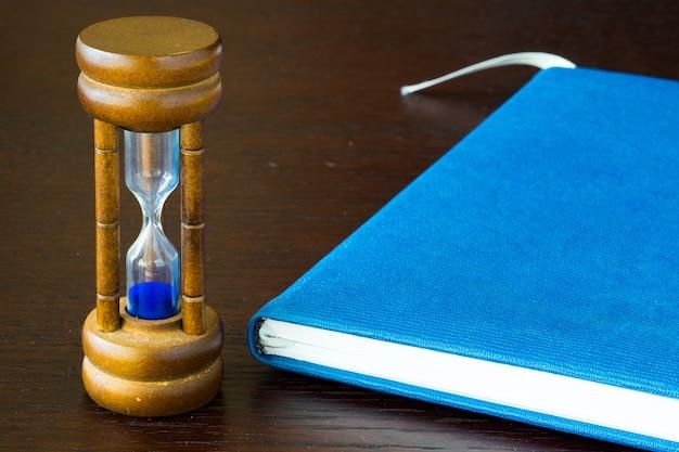 Reloj de arena o vidrio de arena en una mesa