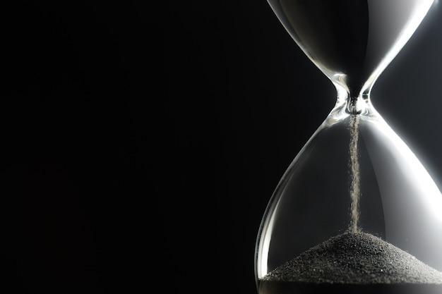 Reloj de arena en la oscuridad