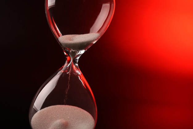 Reloj de arena en rojo oscuro