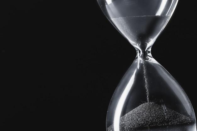 Reloj de arena sobre fondo oscuro