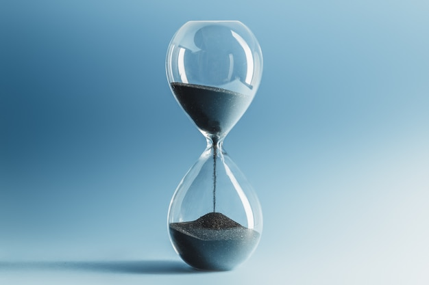 Reloj de arena en superficie azul