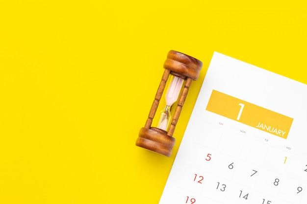 Reloj de arena vintage en calendario