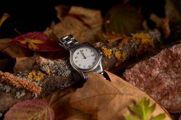 Reloj en ausencia de un minuto para comenzar el nuevo año 2020