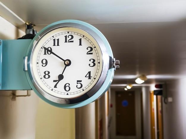 Reloj de barcos reloj marino montado en la pared del corredor de barcos envío marítimo en concepto de tiempo