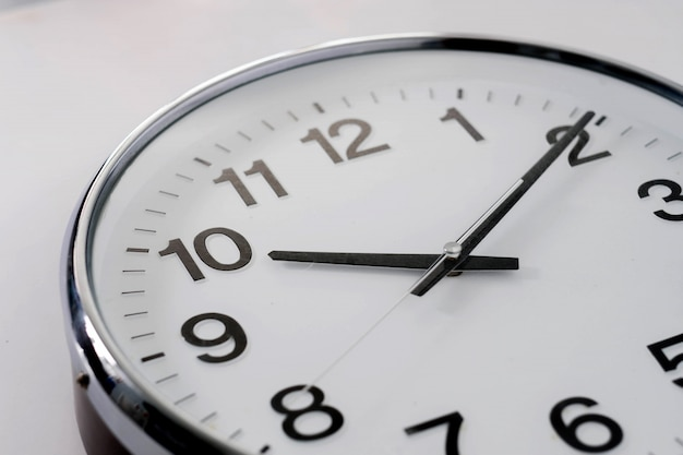 Reloj básico sobre fondo blanco.