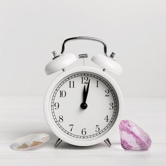 Reloj blanco con hermosas conchas de mar